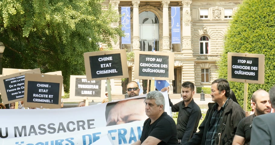 dominação : STRASBOURG, FRANCE - JULY 11, 2015: Uyghur human rights activists participate in a demonstration to protest against Chinese governments policy in Uyghur