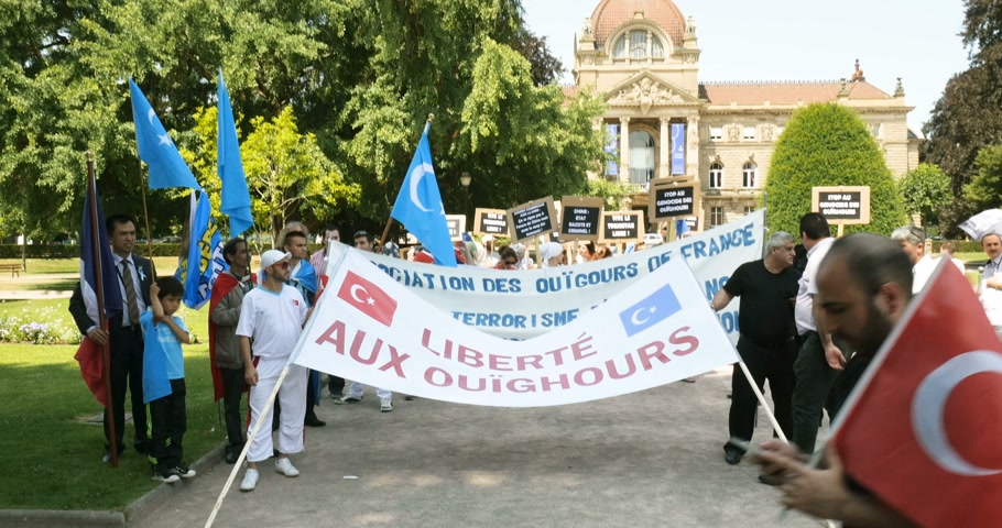 sürgün : STRASBOURG, FRANCE - JULY 11, 2015: Freedom to Uyghur - human rights activists participate in a demonstration to protest against Chinese governments policy in Uyghur