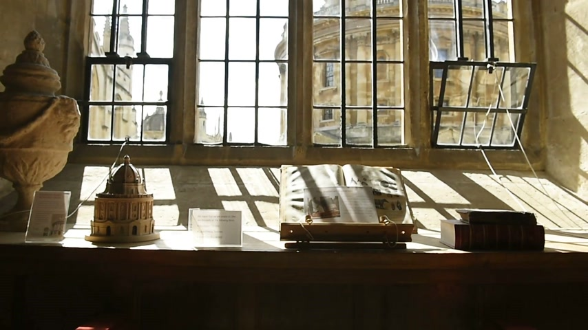 oxfordshire : OXFORD , UNITE KINGDOM - CIRCA 2016: Pan from the interior of the Bodleian Library to the magnificent building of the Radcliffe Camera - Oxford University