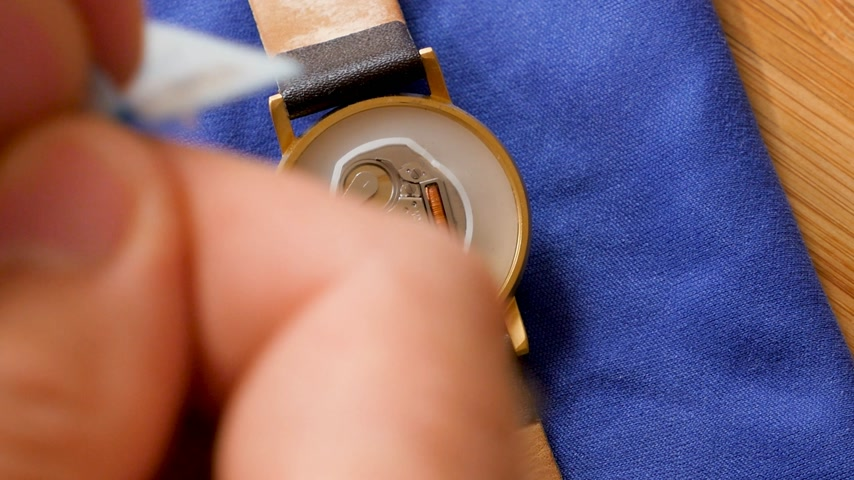хронометр : Freienbach, Switzerland - Circa 2017: Point of view over Modern Mondaine watch being serviced by watchmaker horologer changing the battery of the watch Стоковые видеозаписи