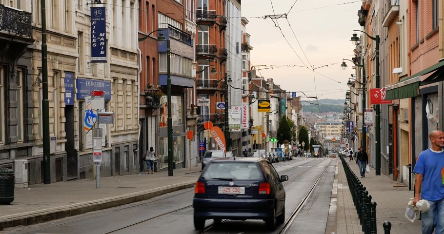 bruxelas : BRUSSELS, BELGIUM - CIRCA 2017: Tramway number 81 with destination Montgomery stop - a tram route in the south of the city who connects the stop Marius Renard in the municipality of Anderlecht with the multimodal stop Montgomery station in Woluwe-Saint-Pi Stock Footage