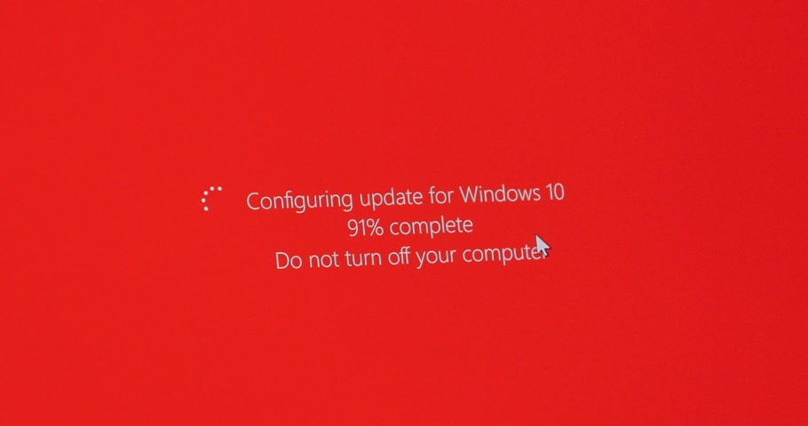 güncelleştirme : PARIS, FRANCE - CIRCA 2017: Time-lapse fast-motion over computer screen with message - Configuring update for windows 10, do not turn your computer - percentage complete during Microsoft Windows 10 installation