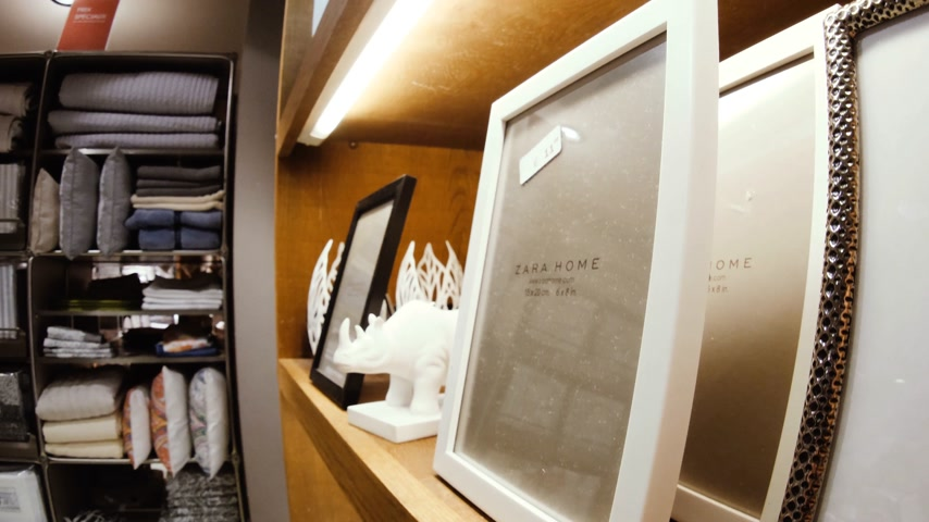 хрупкость : Arteixo, Spain - Circa 2017: Zara Home interior of modern home decoration store with focus on the silver photo frame Стоковые видеозаписи