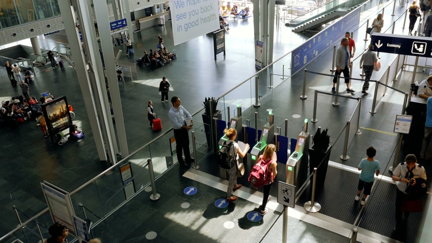 pas : Basel, Switzerland - Circa 2017: Large crowd of tourists commuters people men and women using the ePassport gates at airport border control in the EuroAirport Basel Mulhouse Freiburg for ticket passport id scan - aerial view documentary editorial reportag Dostupné videozáznamy