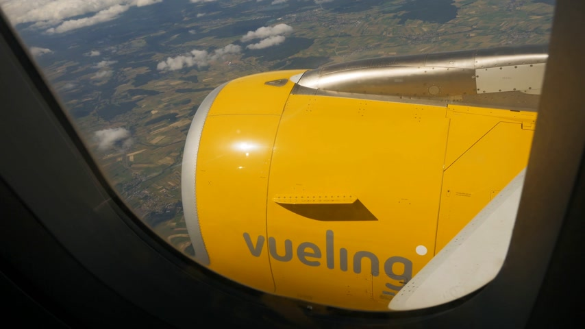 portador : SPAIN - CIRA 2017: Jet turbine engine of Boeing 737 aircraft of Vueling Airways Airline. Stock Footage