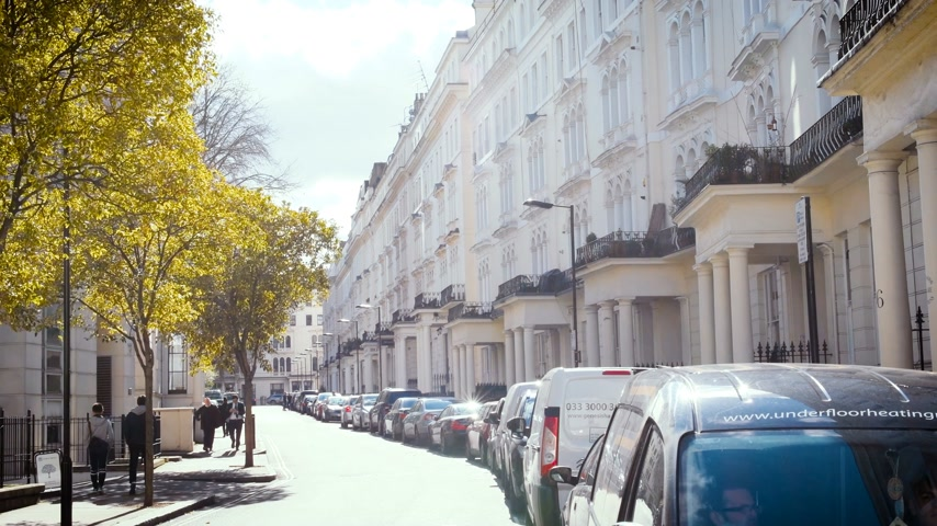 fachada : London, United Kingdom - Circa 2017: Expensive townhouses and other real estate in London on a warm spring day with cars and pedestrians commuting Vídeos