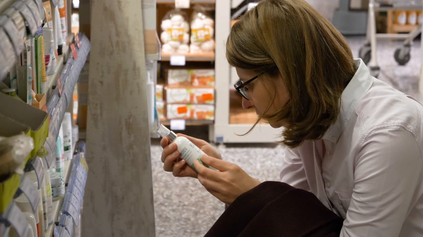 dezodorant : PARIS, FRANCE - CIRCA 2017: French woman buying Bio Organic deodorant made by BioRegena Cosmetics - choosing the best product from the supermarket shelf Wideo