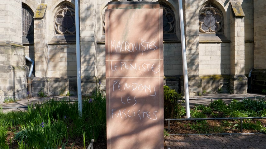 megafon : STRASBOURG, FRANCE - CIRCA 2017: Message on Jeanne dArc statue. Macronist, Lepenistes pendons les fascistes - translating as Macronist and Lepenist - we hang the fascists