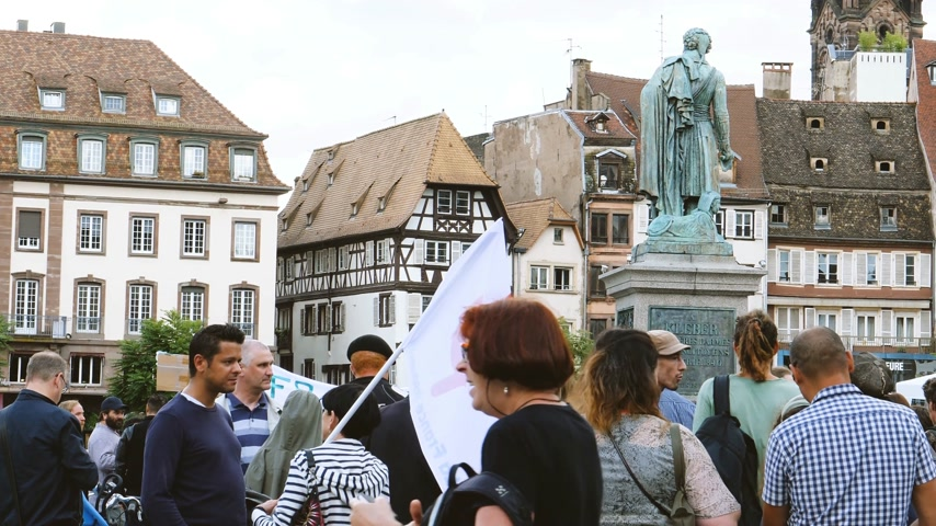 téma : STRASBOURG, FRANCE - JUL 12, 2017: Phi sign on flag - Protesters in Place Kleber as Melenchon called for day of protest against Macron government spending cuts and pro-business tax and labor reforms Dostupné videozáznamy