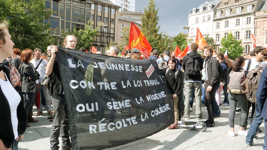 протест : STRASBOURG, FRANCE - SEPT 12, 2017: Young people with placard at political march during a French Nationwide day of protest against the labor reform proposed by Emmanuel Macron Government Стоковые видеозаписи