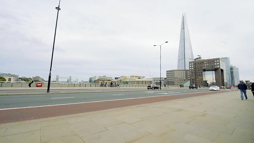 doppeldecker : LONDON, GROSSBRITANNIEN - CIRCA 2016: London Taxi, rote Busautos auf London Bridge und Howard Kennedy The Shard mit Pendlern und Taxis und Tower Bridge im Hintergrund - Besuch in London