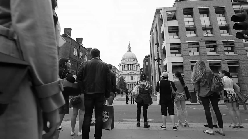 torre sineira : London, United Kingdom - Circa 2016: People waiting to cross the Queen Victoria Street to St Pauls Cathedral busy London street pedestrians, tourists visiting London commuting Stock Footage