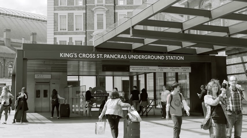 nová anglie : LONDON, UNITED KINGDOM  - CIRCA 2017: large crowd  people commuting rush hour in London at the entrance of the Kings Cross underground station train tube station near St Pancras International train station black and white