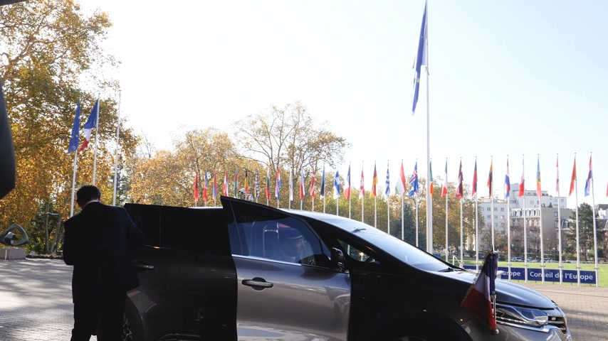 press conference : STRASBOURG, FRANCE - OCT 31, 2017: Arrival of the French President Emmanuel Macron at Council of Europe and European Court of Human Rights in Strasbourg - exit the Renault Espace Initiale car Stock Footage