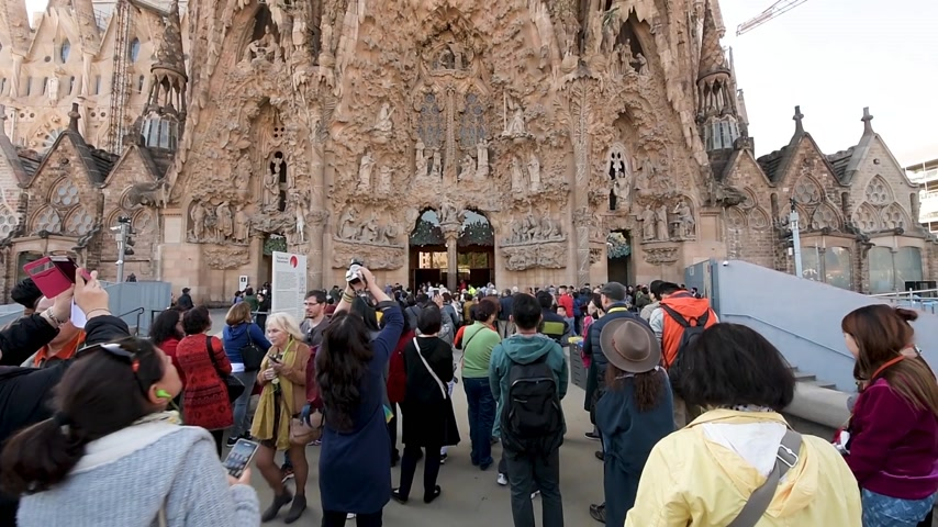 establishment : BARCELONA, SPAIN - CIRCA 2017: International group of tourists admiring the Sagrada Familia Church built by Antoni Gaudi - taking photos selfies with the magnificent religious architecture Stock Footage
