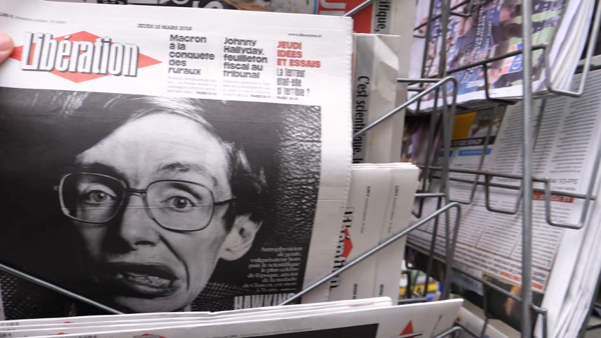 físico : PARIS, FRANCE - MAR 15, 2018: POV Man buying French Liberation newspaper with portrait of Stephen Hawking the English theoretical physicist, cosmologist dead on 14 March 2018 Vídeos