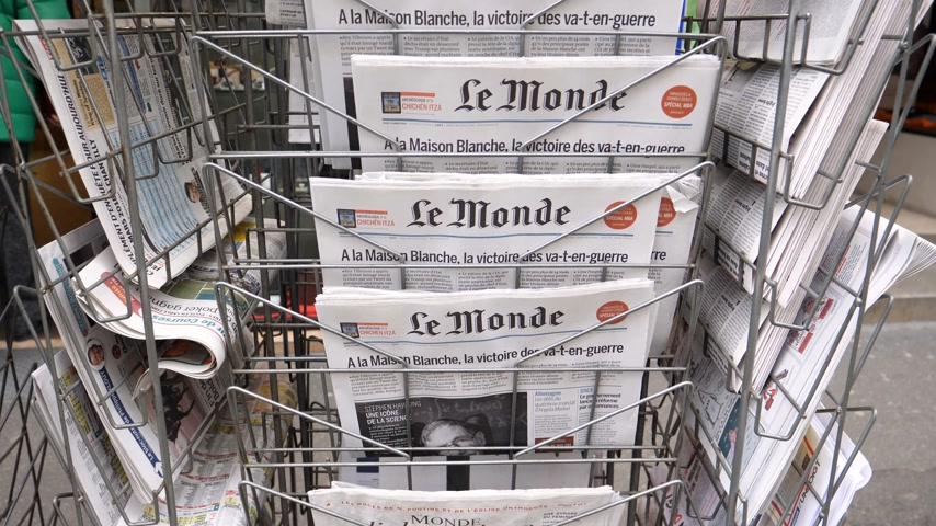 físico : PARIS, FRANCE - MAR 15, 2018: Stack of French Le monde newspaper with portrait of Stephen Hawking the English theoretical physicist, cosmologist dead on 14 March 2018 outdoor press kiosk Vídeos