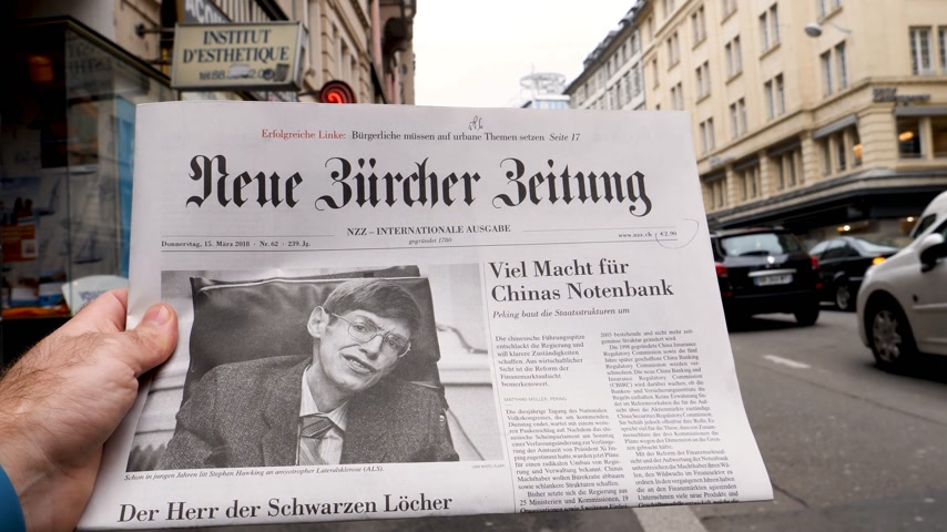 журналистика : PARIS, FRANCE - MAR 15, 2018: Showing Swiss Neue Burcher Zeitung newspaper with portrait of Stephen Hawking the English theoretical physicist, cosmologist dead on 14 March 2018 outdoor press kiosk