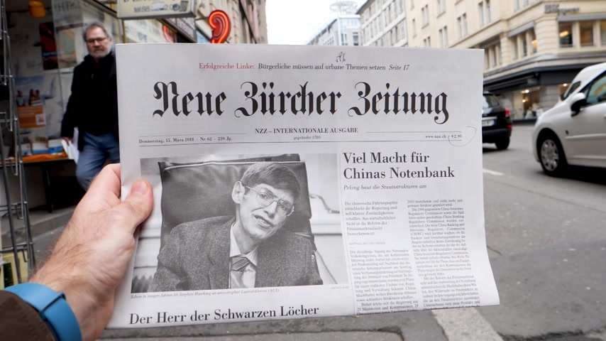 físico : PARIS, FRANCE - MAR 15, 2018: Swiss Neue Burcher Zeitung newspaper with portrait of Stephen Hawking the English theoretical physicist, cosmologist dead on 14 March 2018 outdoor press kiosk slow motion