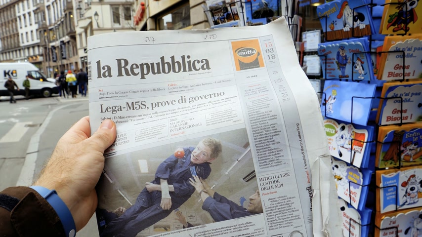 стенд : PARIS, FRANCE - MAR 15, 2018: POV Italian La Republica newspaper with portrait of Stephen Hawking the English theoretical physicist, cosmologist dead on 14 March 2018 outdoor press kiosk