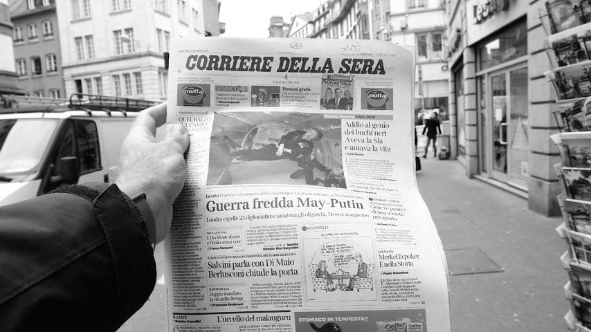 físico : PARIS, FRANCE - MAR 15, 2018: Slow motion of Italian Corriere della Sera newspaper with portrait of Stephen Hawking the English theoretical physicist, cosmologist dead on 14 March 2018 outdoor press kiosk