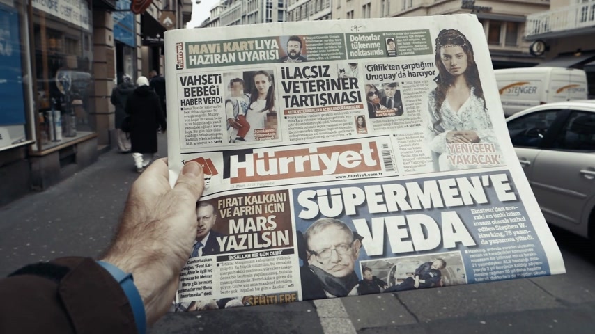 físico : PARIS, FRANCE - MAR 15, 2018: Turkish Hurriyet newspaper with portrait of Stephen Hawking the English theoretical physicist, cosmologist dead on 14 March 2018 outdoor press kiosk slow motion street women Vídeos
