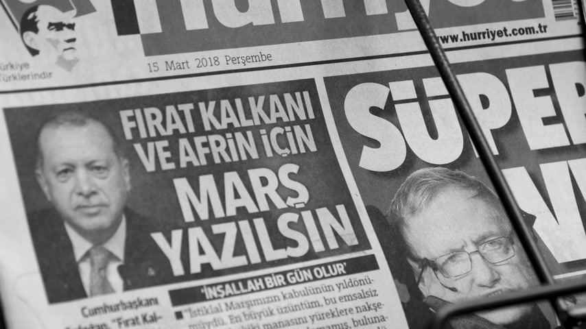 físico : PARIS, FRANCE - MAR 15, 2018: Zoom out from stand Turkish Hurriyet newspaper with portrait of Stephen Hawking the English theoretical physicist, cosmologist dead on 14 March 2018 outdoor press kiosk black and white