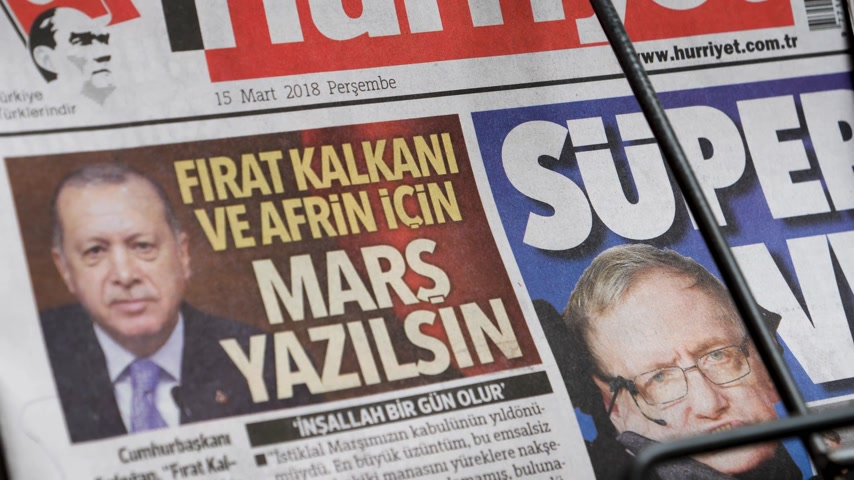 físico : PARIS, FRANCE - MAR 15, 2018: Zoom out from stand Turkish Hurriyet newspaper with portrait of Stephen Hawking the English theoretical physicist, cosmologist dead on 14 March 2018 outdoor press kiosk Vídeos