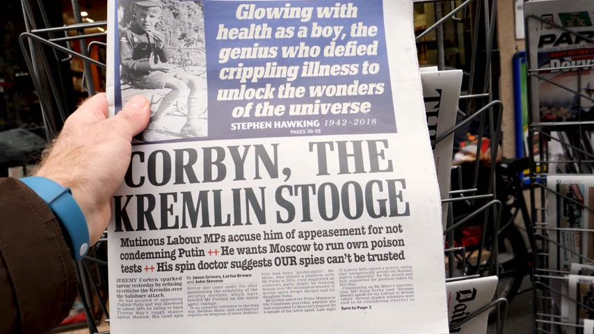 journalisme : Paris, France - 15 mars 2018: Homme tenant le journal britannique Daily Mail avec le portrait de Stephen Hawking le physicien théoricien anglais, cosmologiste mort le 14 mars 2018 kiosque de presse extérieure