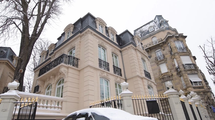limuzína : STRASBOURG, FRANCE - CIRCA 2018: Luxury Rolls-Royce Ghost parked in front of expensive French real estate house in central of French city - car covered with snow