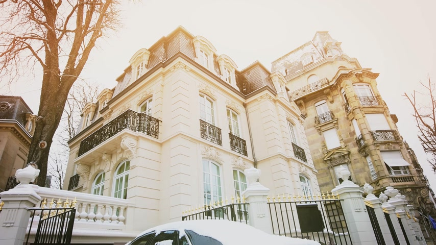 эксклюзивный : STRASBOURG, FRANCE - CIRCA 2018: Luxury Rolls-Royce Ghost parked in front of expensive French real estate house in central of French city - car covered with snow - cinematic colors