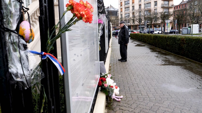 szegfű : STRASBOURG, FRANCE - MAR 28, 2018: Carnation flower with Russian Flag band at Russian Consulate Embassy mourning victims fire at Zimnyaya Vishnya Winter Cherry shopping centre Kemerovo - senior man