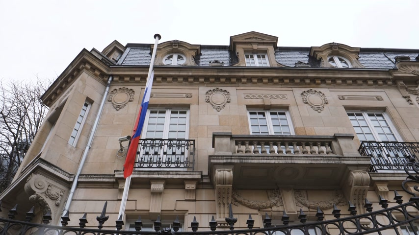 aşağıda : STRASBOURG, FRANCE - MAR 28, 2018: View from below flag of Russia flying half-mast ar Russian Consulate Embassy - tribute and mourning of victims of fire at Zimnyaya Vishnya  shopping centre Kemerovo Stok Video