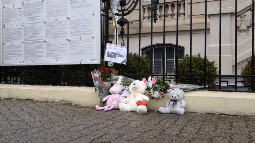 flag half mast : STRASBOURG, FRANCE - MAR 28, 2018: toys and flowers near Russian Consulate Embassy mourning victims fire at Zimnyaya Vishnya Winter Cherry shopping centre Kemerovo slow motion Stock Footage