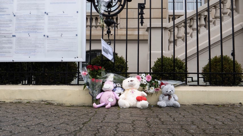 saygı : STRASBOURG, FRANCE - MAR 28, 2018: Tilt-up to flowers, toys at entrance of Russian Consulate Embassy mourning of victims of fire at Zimnyaya Vishnya Winter Cherry shopping centre Kemerovo Stok Video