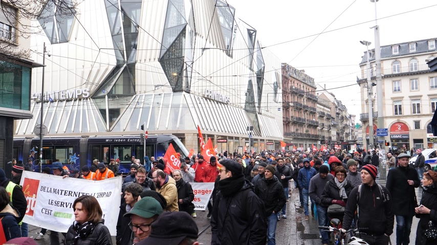 gritante : STRASBOURG, FRANCE  - MAR 22, 2018: Walking people at demonstration protest against Macron French government string of reforms, multiple trade unions have called public workers to strike Vídeos