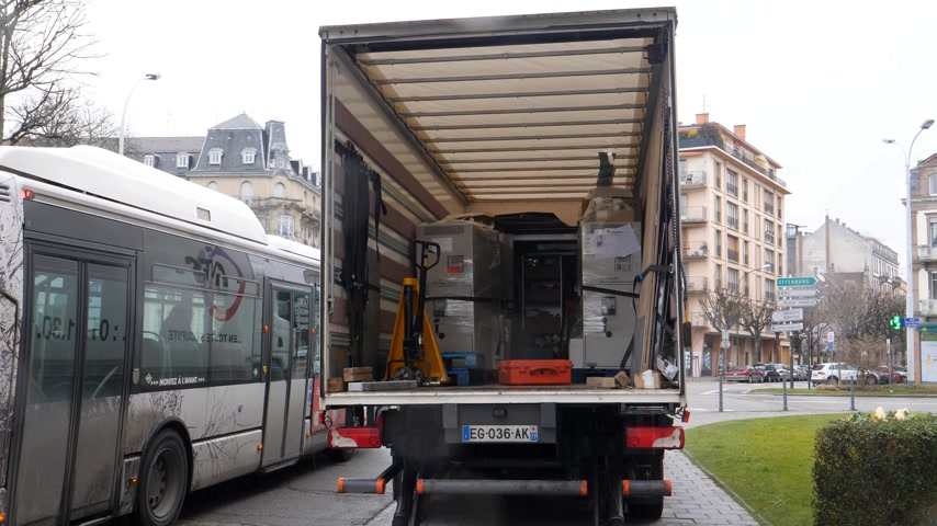 makineleri : PARIS, FRANCE - CIRCA 2018: Rear view of truck with open door containing multiple ATM automatic teller machines - new ATM for bank branch Stok Video
