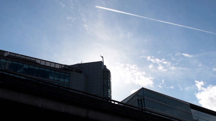 bretanha : Plane flying above the skyscrapers in London, United Kingdom - security concept and clear blue peaceful sky