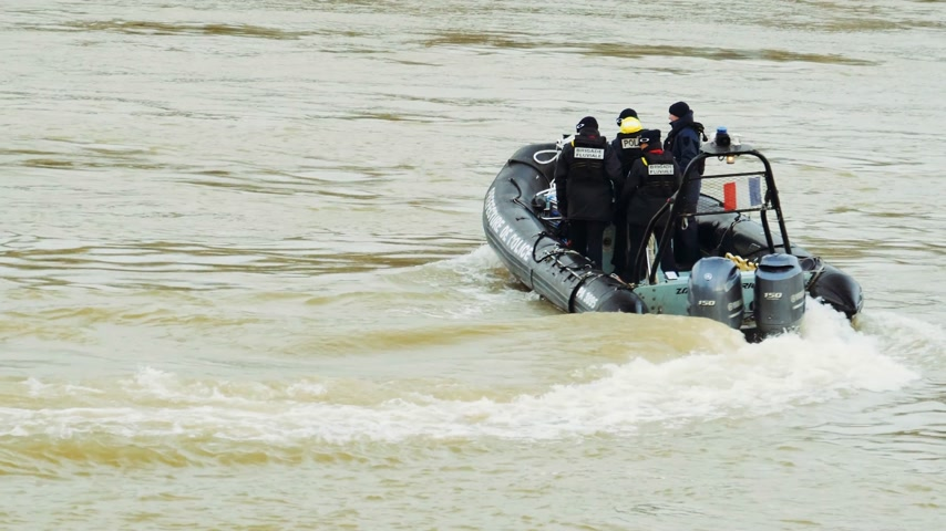 french team : PARIS, FRANCE - JAN 30, 2018: Aerial view from a drone of Prefecture de Police boat with police officers and rescue team surveilling the flooded Seine river in Paris during the floods after heavy rains - drone above Paris Stock Footage
