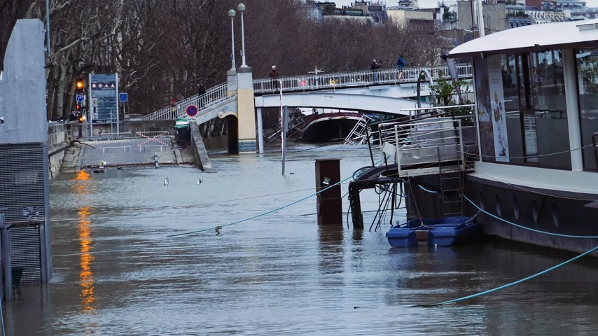 boathouse : PARIS, FRANCE - JAN 30, 2018: Closed street next to houseboat barge peniche on the overflow flooding embankments on the Seine river in Paris after heavy rains - news footage Stock Footage