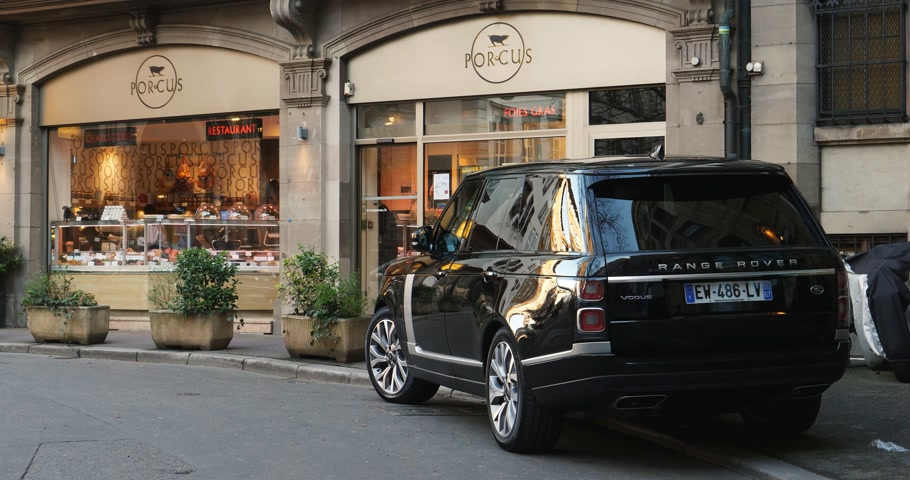 neuf : STRASBOURG, FRANCE - 13 MAR, 2018: Range Rover Land Rover Vogue, the luxury British SUV parked in central French street near butcher shop Porcus Place du Temple Neuf