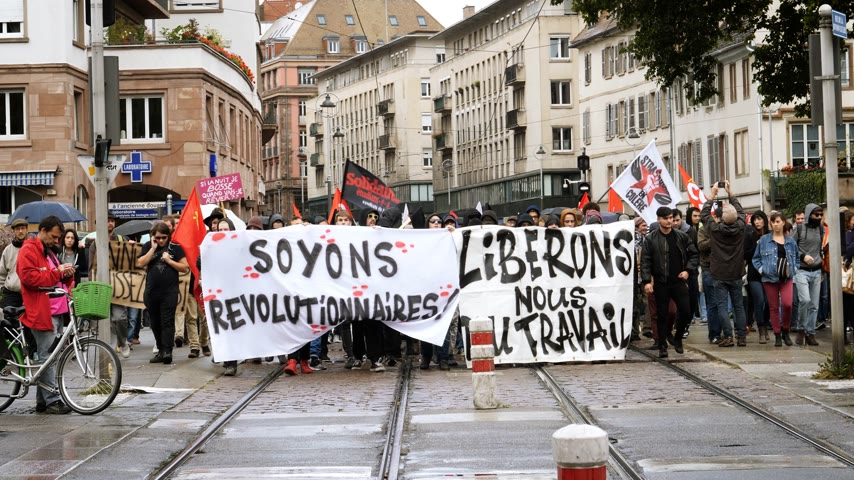 gritante : STRASBOURG, FRANCE - SEP 12, 2018: Lets be revolutionary placard banner at French Nationwide day of protest against labor reform proposed by Emmanuel Macron Government Vídeos