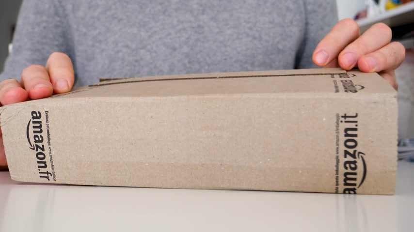 cardíaco : LONDON, UNITED KINGDOM - CIRCA 2018: Man unboxing Amazon Online shopping parcel box on the home table Stock Footage
