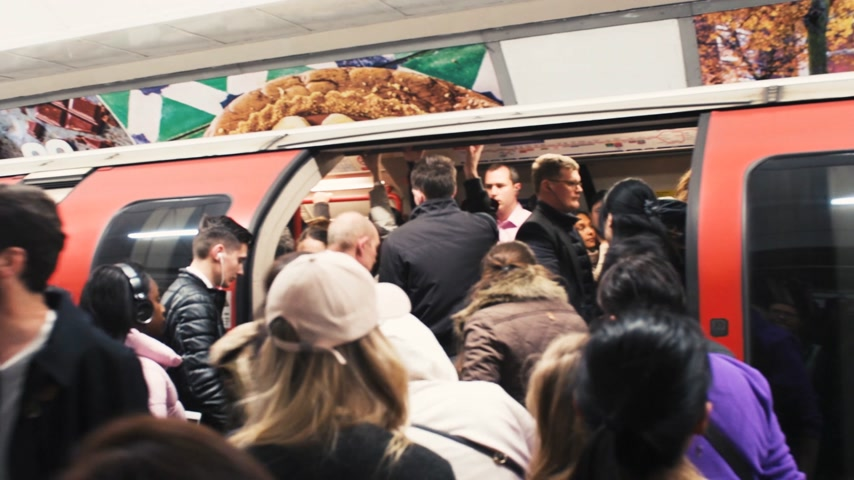 платформа : LONDON, UNITED KINGDOM - CIRCA 2018: London underground subway train station with crowd embark the train