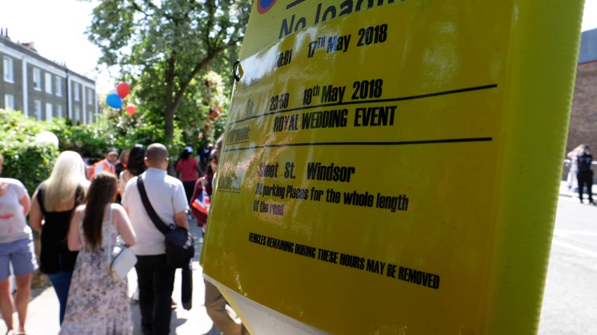obřad : Windsor, United Kingdom - May 19, 2018: No parking sign around Windsor Castle during procession that celebrates the wedding Prince Harry of Wales and Ms. Meghan Markle Dostupné videozáznamy