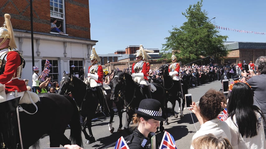 meghan markle : WINDSOR, UNITED KINGDOM - MAY 19, 2018: Crowd admiring the Royal Guards on horses after newlywed carriage in Windsor Castle procession celebrate wedding of Prince Harry of Wales and Ms. Meghan Markle Stock Footage