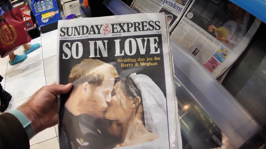 meghan markle : LONDON, ENGLAND - MAY 20, 2018: POV The Sunday Express front cover newspaper in British press kiosk featuring portraits of Prince Harry and Meghan Markle following the Royal Wedding So In Love
