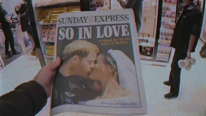 zondag : LONDEN, VK - 20 MEI, 2018: POV The Sunday Express-krantenkiosk Britse perskiosk met portretten van Prince Harry en Meghan Markle Royal Wedding So In Love VHS vintage effect