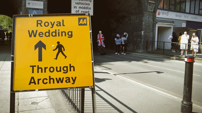 meghan markle : WINDSOR, BERKSHIRE, UNITED KINGDOM - MAY 19, 2018: Crowd walking near Royal Wedding road sign on the day of the royal wedding of Prince Harry and Meghan Markle