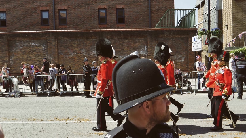 meghan markle : WINDSOR, UNITED KINGDOM - MAY 19, 2018: Saluting the Royal Guards with Bearskin hats march in street around Windsor Castle after procession celebrate wedding of Prince Harry of Wales and Ms Meghan Markle